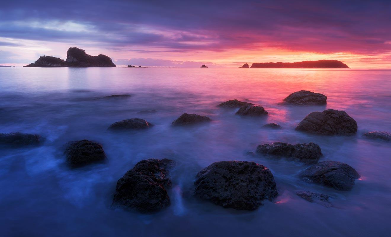 Malgré le nombre trop élevé de visiteurs en haute saison, Cathedral Cove demeure une étape incontournable de tout voyage en Nouvelle-Zélande.