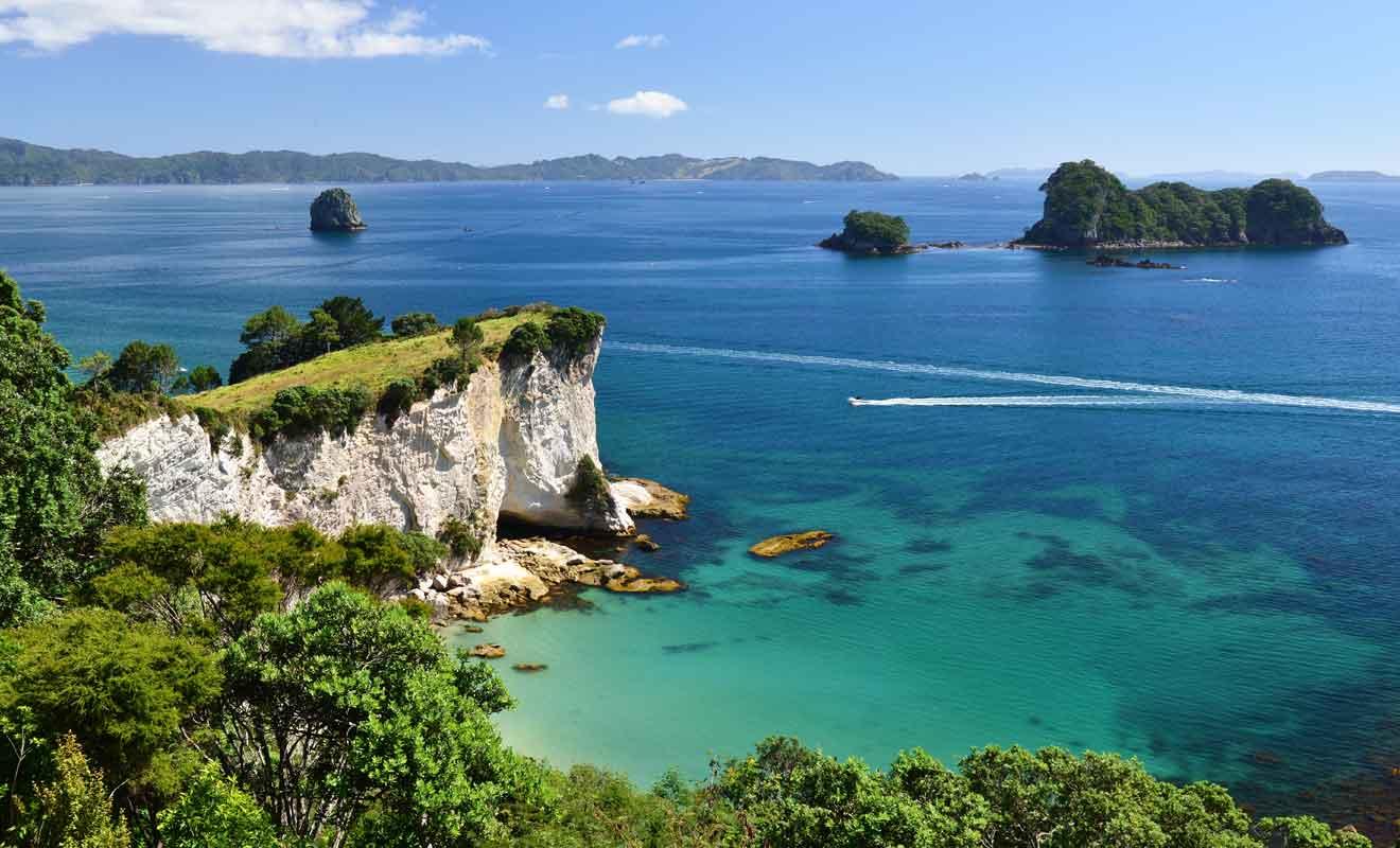 Pour rejoindre la plage, le voyageur devra longer les falaises à pied, emprunter un bateau ou venir en kayak depuis Hahei.