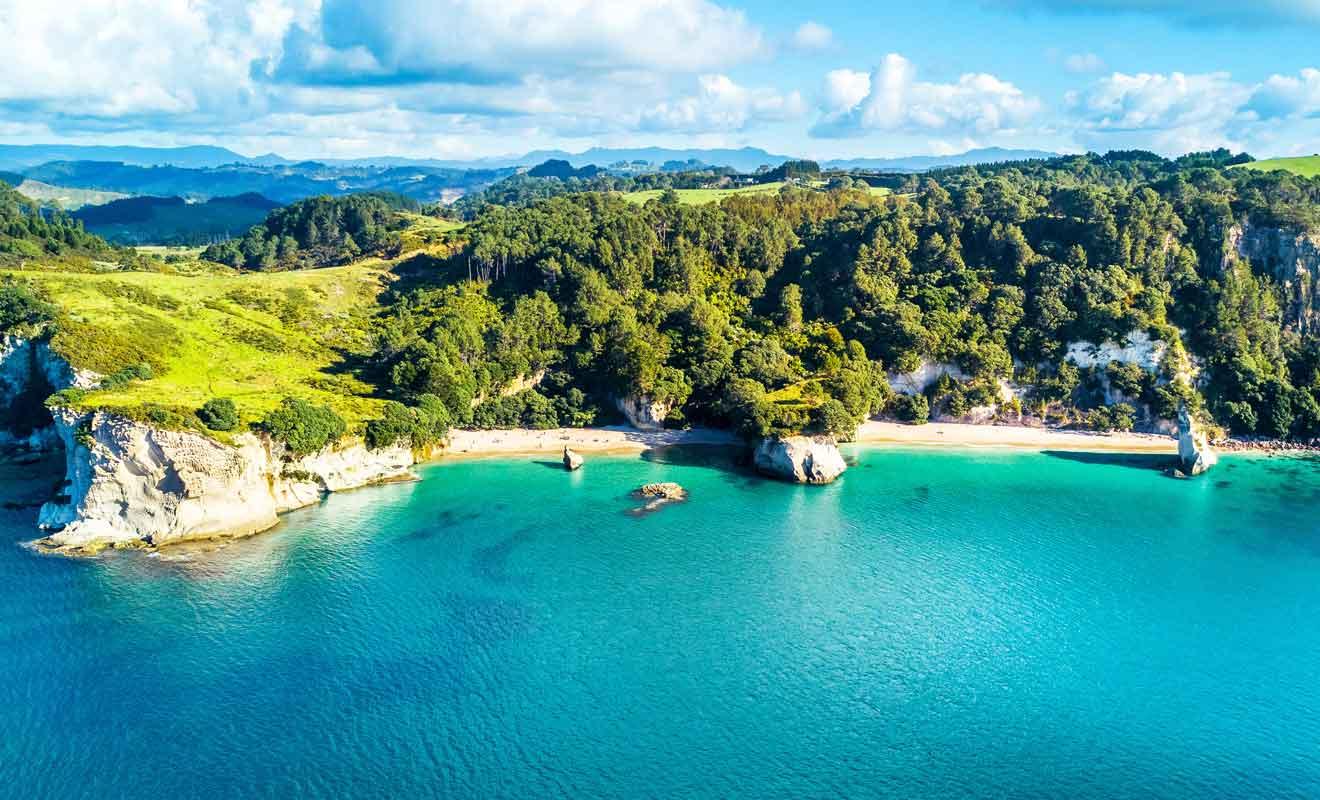 Les plages de Mare's Leg Cove et de Cathedral Cove sont reliées par une arche creusée dans la roche par les vagues au fil des siècles.