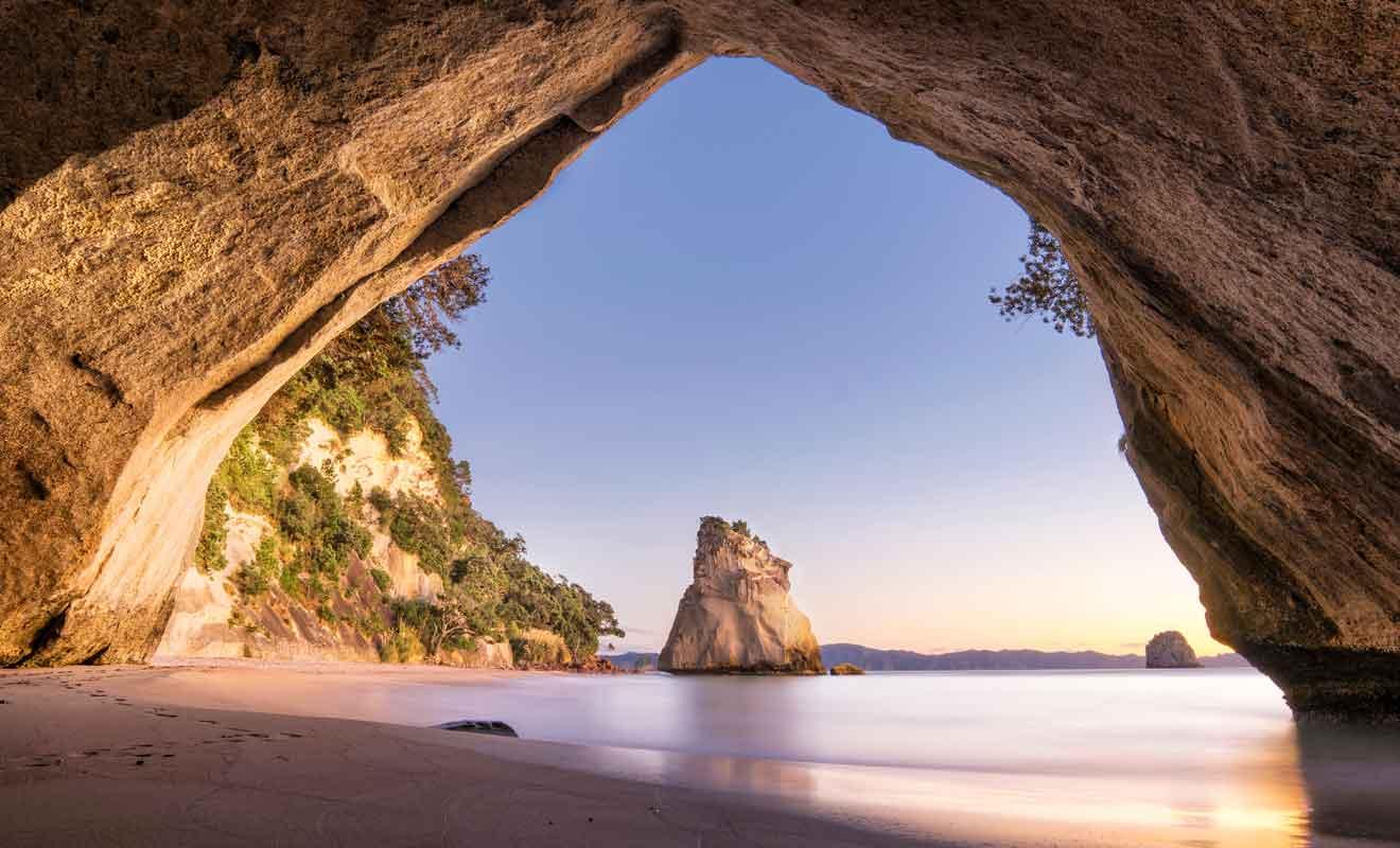 Située dans la peninsule de Coromandel, la plage se trouve à quelques heures de route d'Auckland.