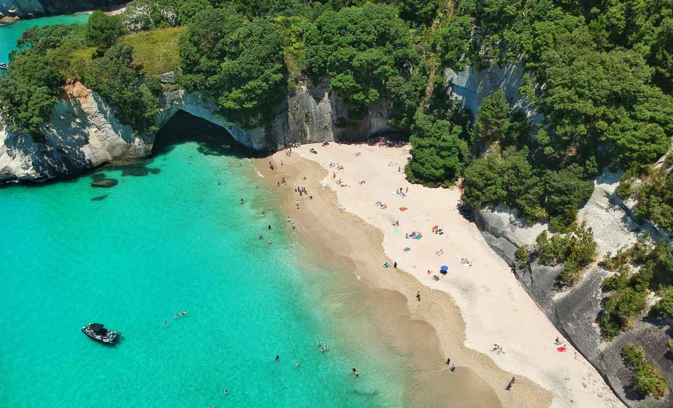 Avec son eau turquoise et ses falaises recouvertes par les arbres, la plage est l'une des plus belles du pays.