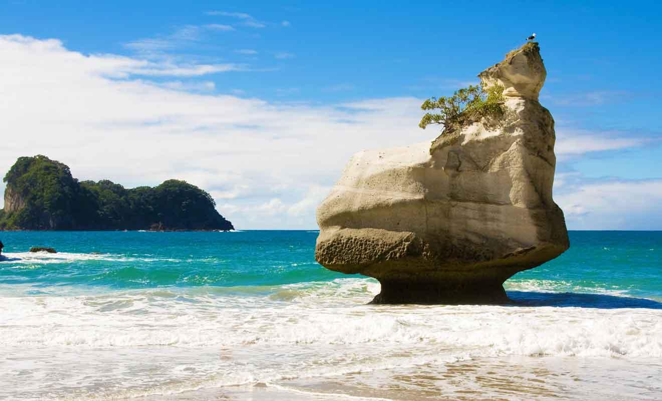 D'ici quelques siècles, cet énorme rocher devrait s'effondrer quand les vagues auront achevé de saper sa base.