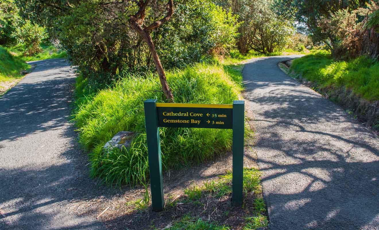 Pour rejoindre Gemstone Bay, il faut suivre un autre sentier durant la randonnée qui part du parking de Grange Road.