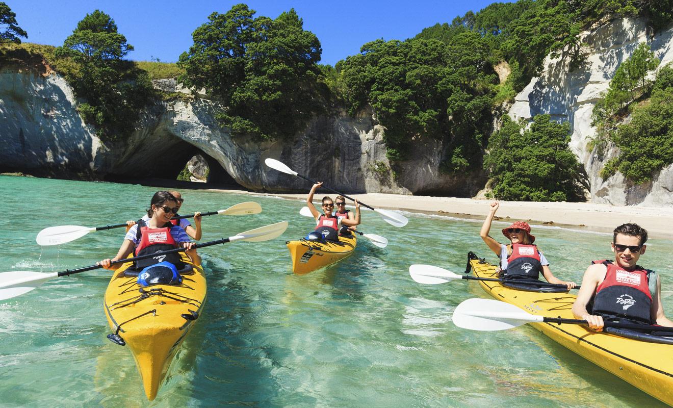 Il existe deux manières de rejoindre la plage de Cathedral Cove et son arche de calcaire géante. La randonnée à pied dure 45 minutes, mais il est préférable de prendre son temps et de venir en kayak !