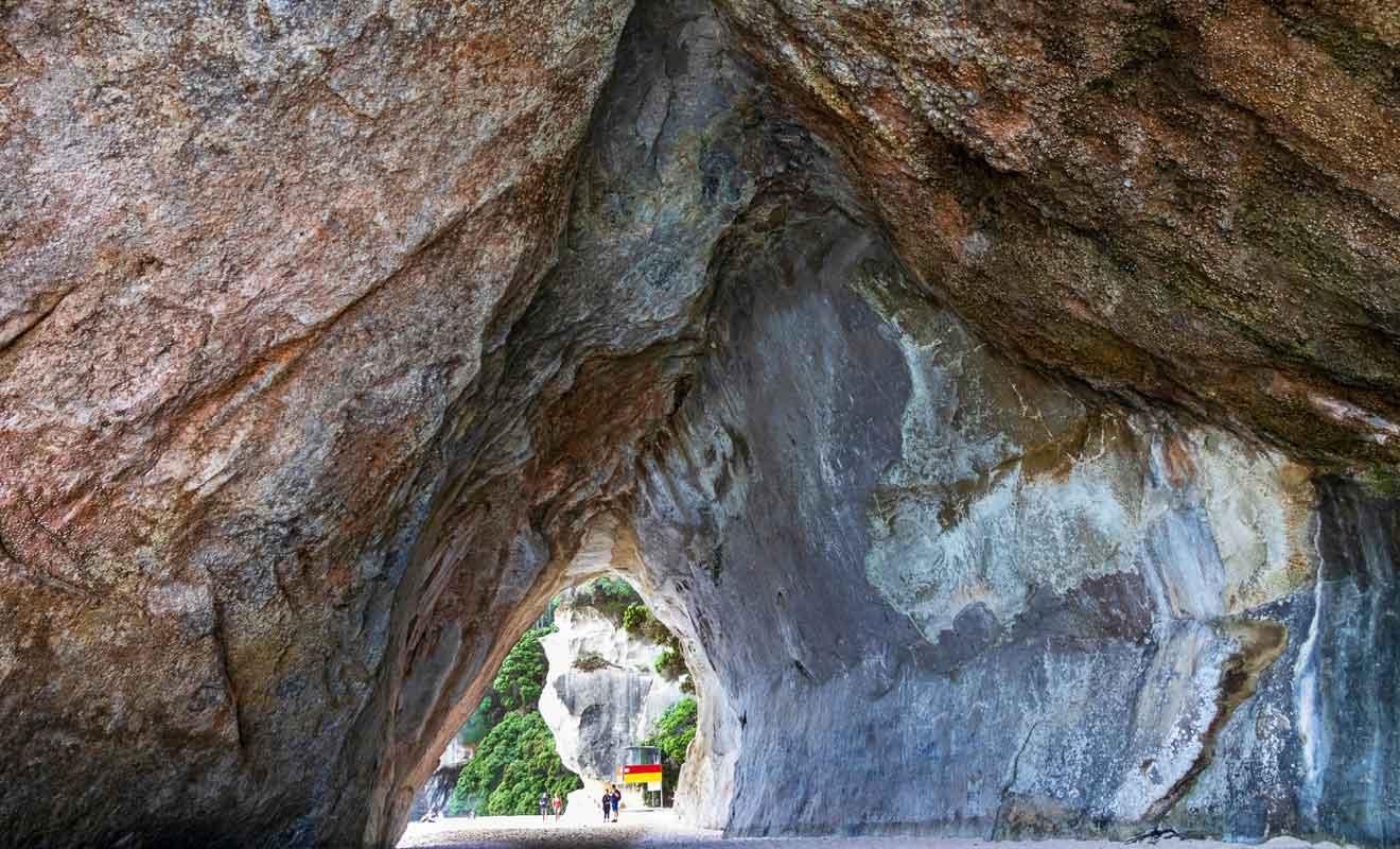 La voute n'est pas en calcaire, mais en ignimbrite, une roche volcanique.