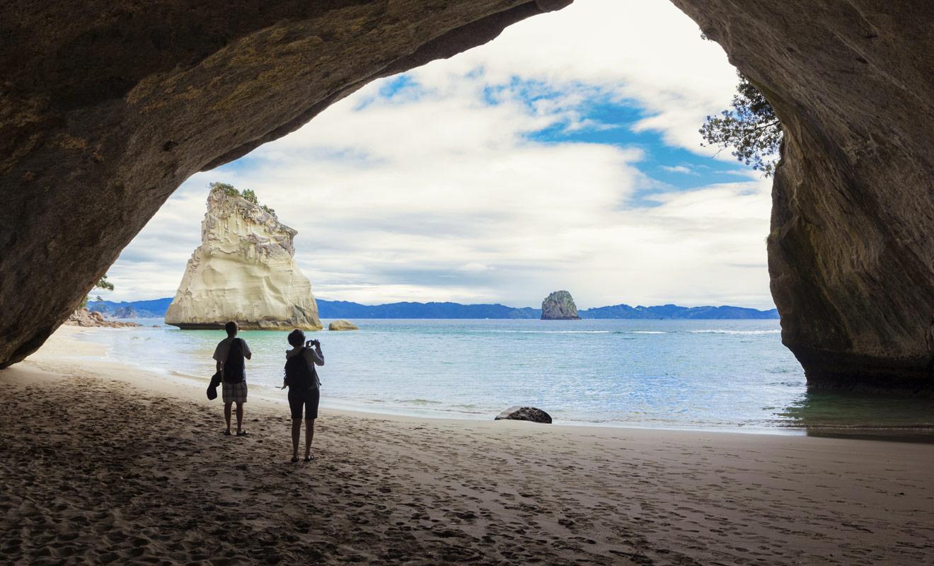 L'érosion a creusé la roche de calcaire peu à peu durant des milliers d'années pour donner naissance à une voûte qui permet de passer d'une plage à l'autre.