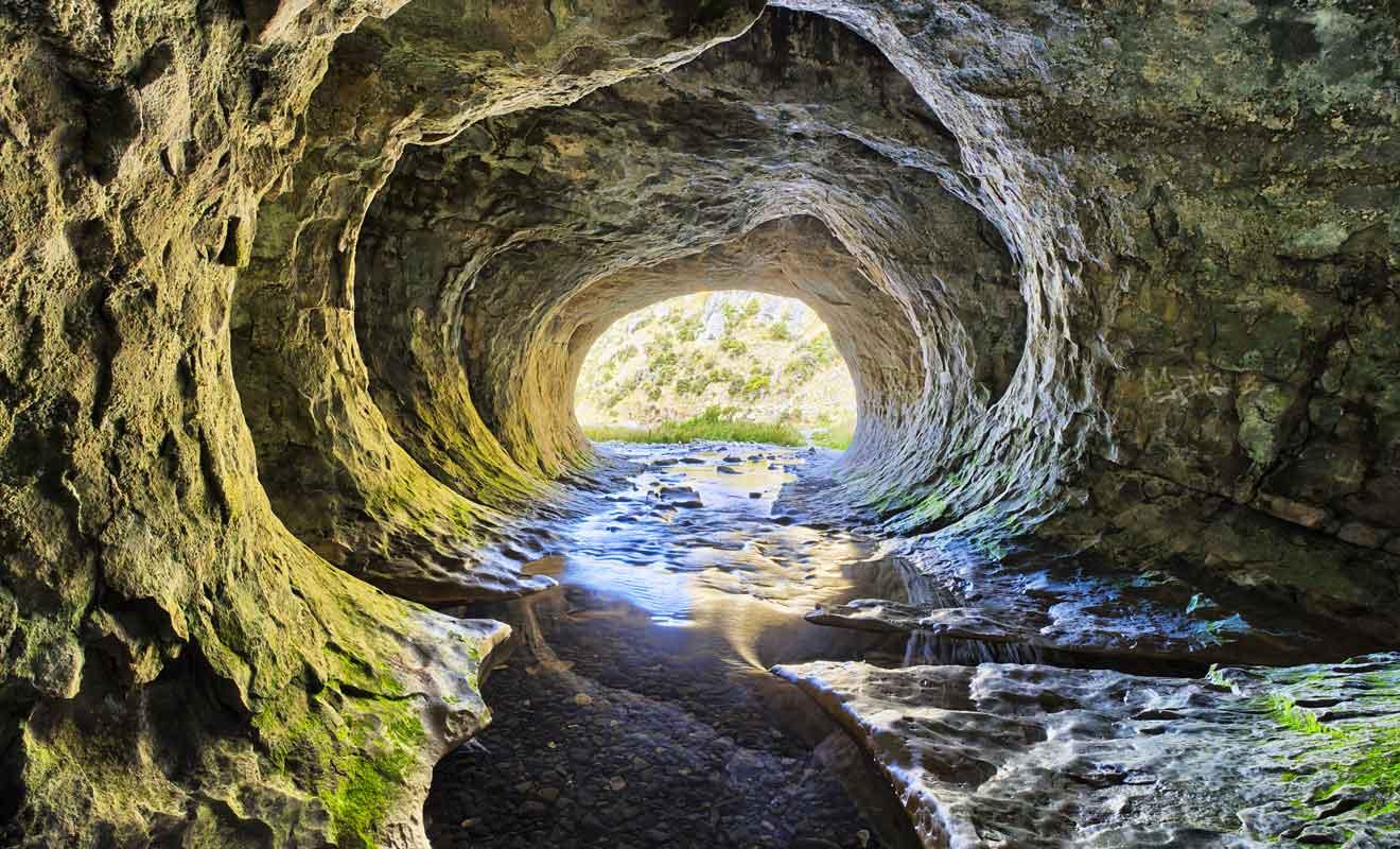 Ne vous aventurez pas dans la grotte si le courant semble charrier de la mousse, car cela annonce une montée de seaux.