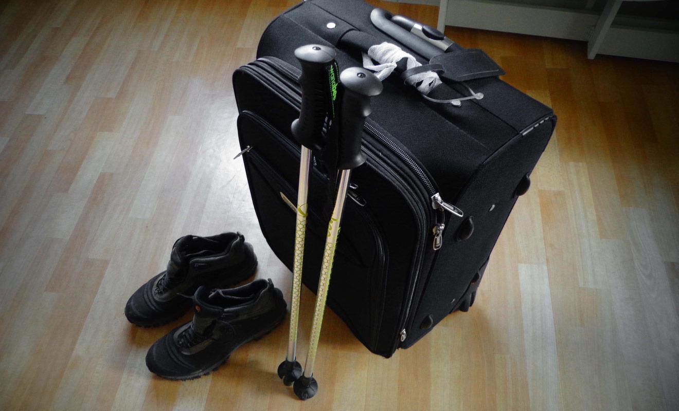 N'attendez pas la dernière minute pour préparer votre valise ! Vous devez être certain que les chaussures et les bâtons de randonnée tiendront dans la valise. Ces deux accessoires occupent une place considérable.