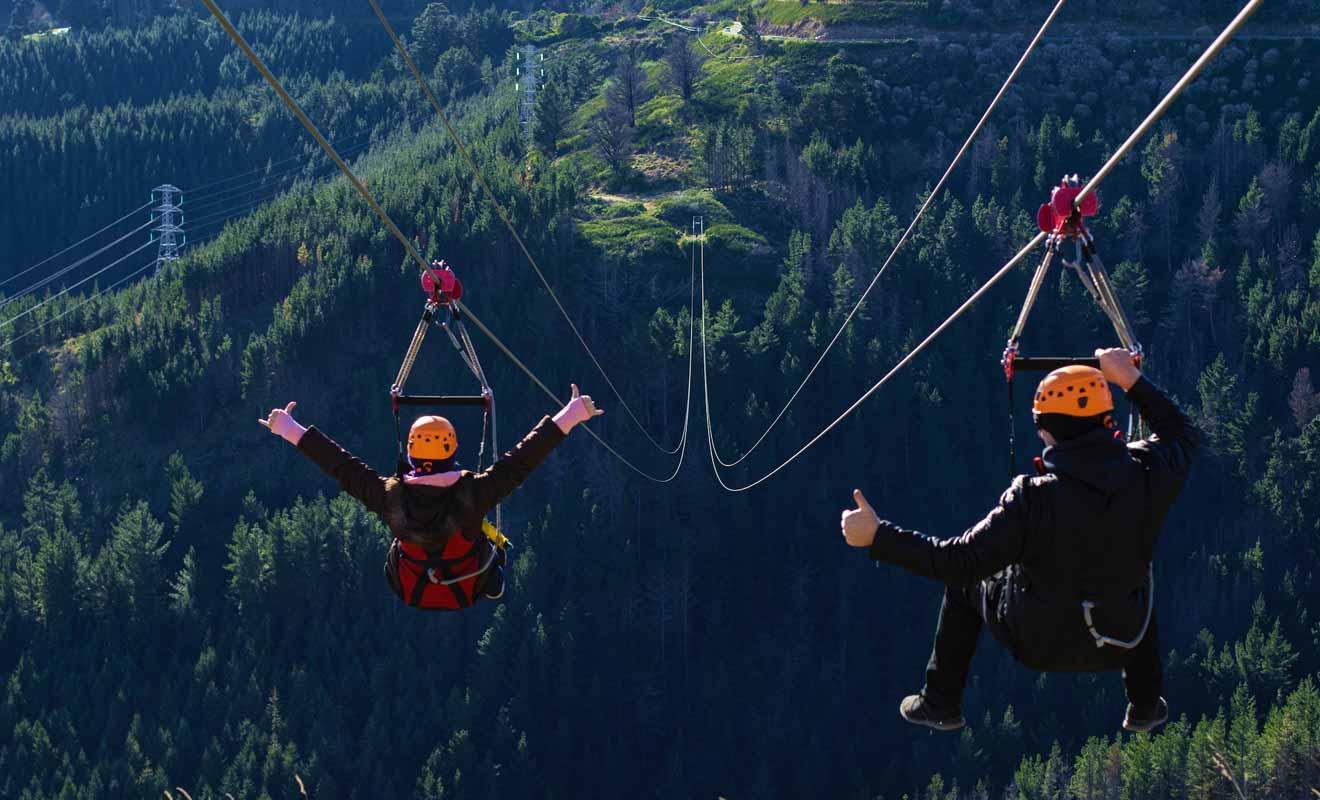 Zipline Christchurch propose quatre descentes en Tyrolienne et la plus longue couvre une distance d'un kilomètre et demi.
