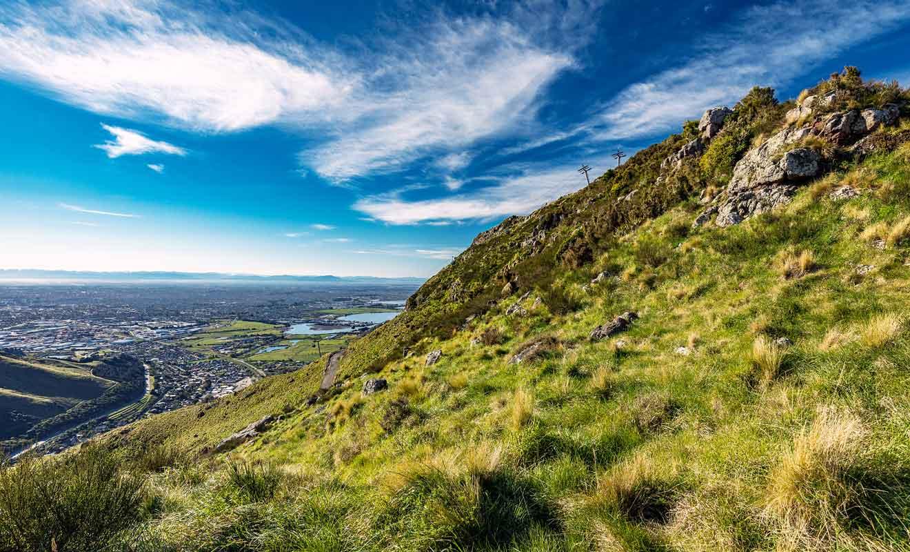 La beauté du panorama se révèle au fur et à mesure de l'ascension, avec une vue dégagée sur Christchurch puis sur les collines qui encerclent la péninsule de Banks