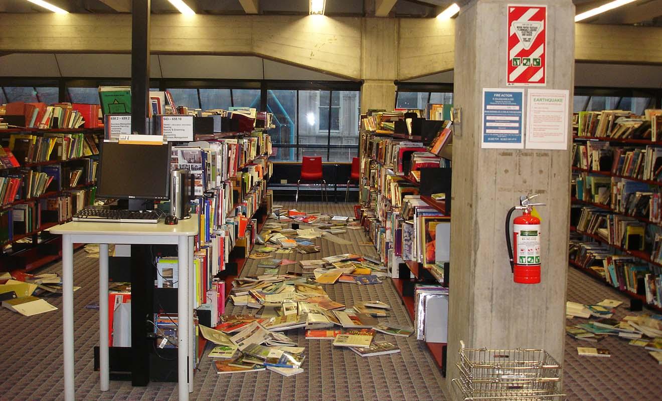 Les séismes de moyenne intensité sont capables de faire tomber des des objets des étagères.