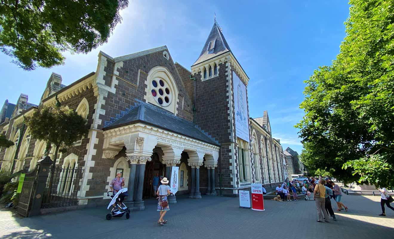 Le musée se trouve en bordure du centre-ville, à quelques minutes à pied seulement.