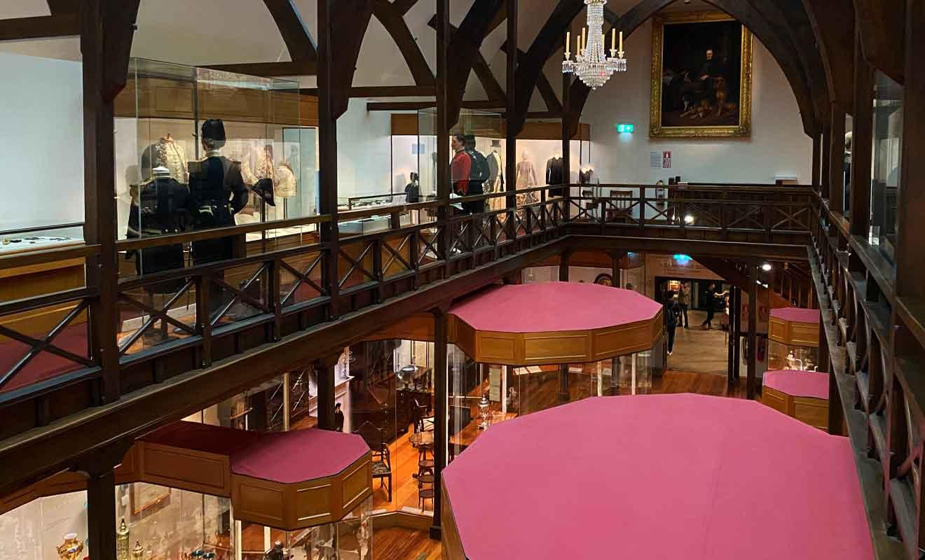 La salle la plus belle abrite les collections les moins intéressantes, mais elle mérite le détour ne serait-ce que pour son architecture.