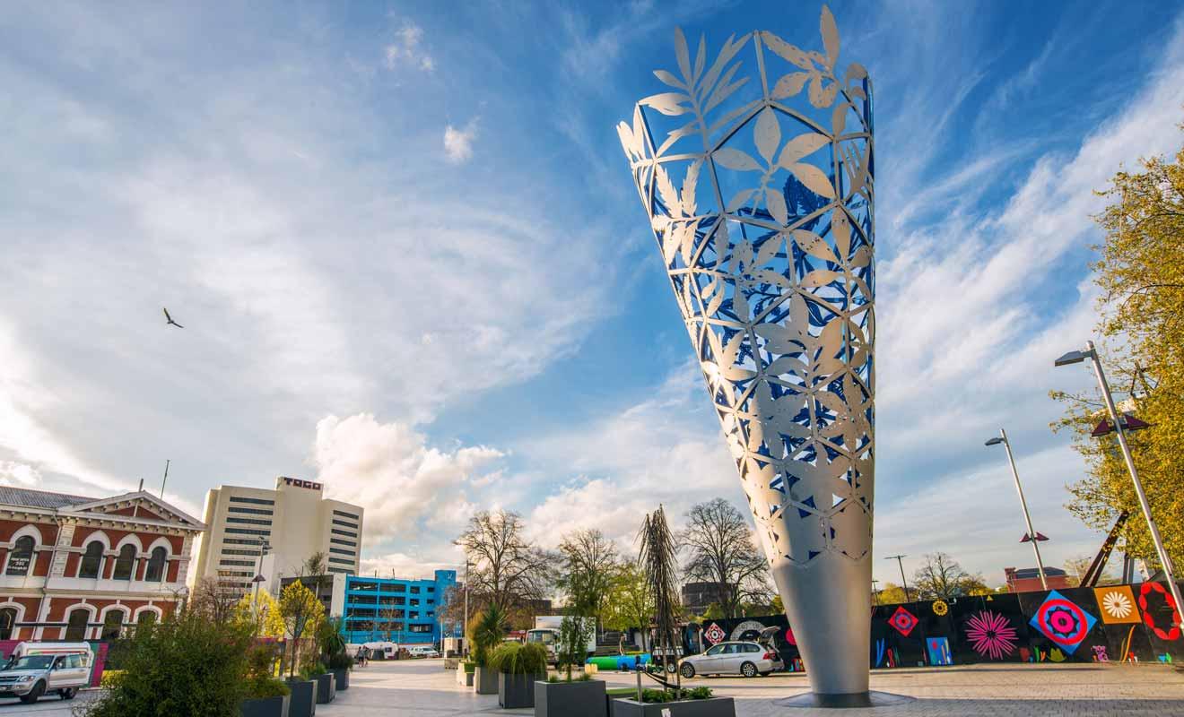 La sculpture contemporaine représente des fougères et d'autres plantes entremêlées.
