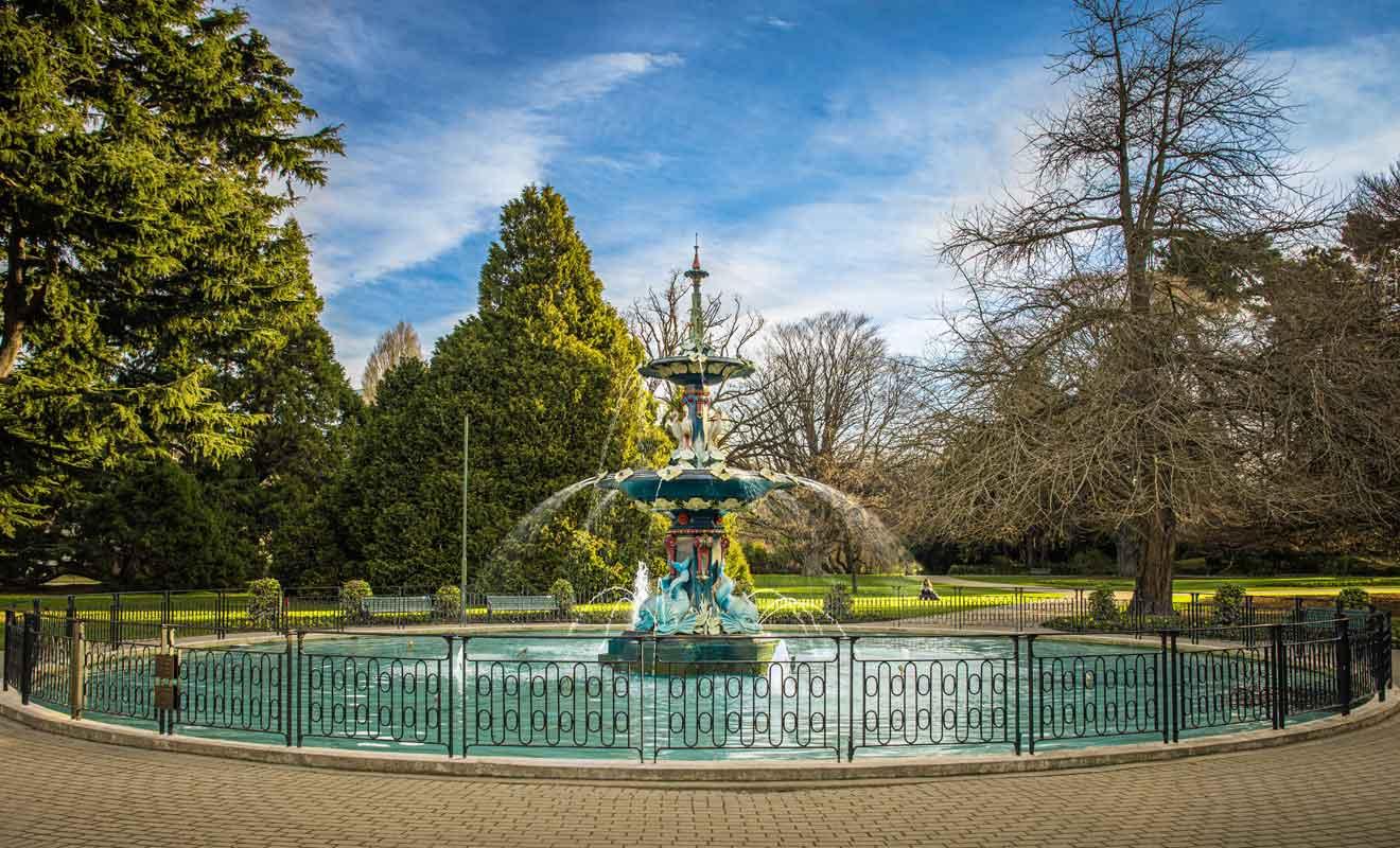La rivière Avon traverse le jardin botanique de Christchurch.