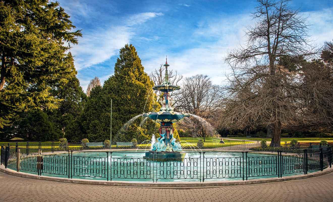 Le Jardin botanique possède plusieurs entrées, mais la plus connue se trouve sur Rolleston avenue, aisément reconnaissable à sa fontaine turquoise.