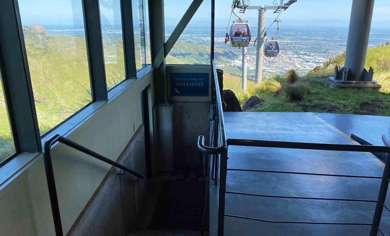 La porte de sortie donne accès aux randonnées de Briddle path et de Crater Rim Walkway.