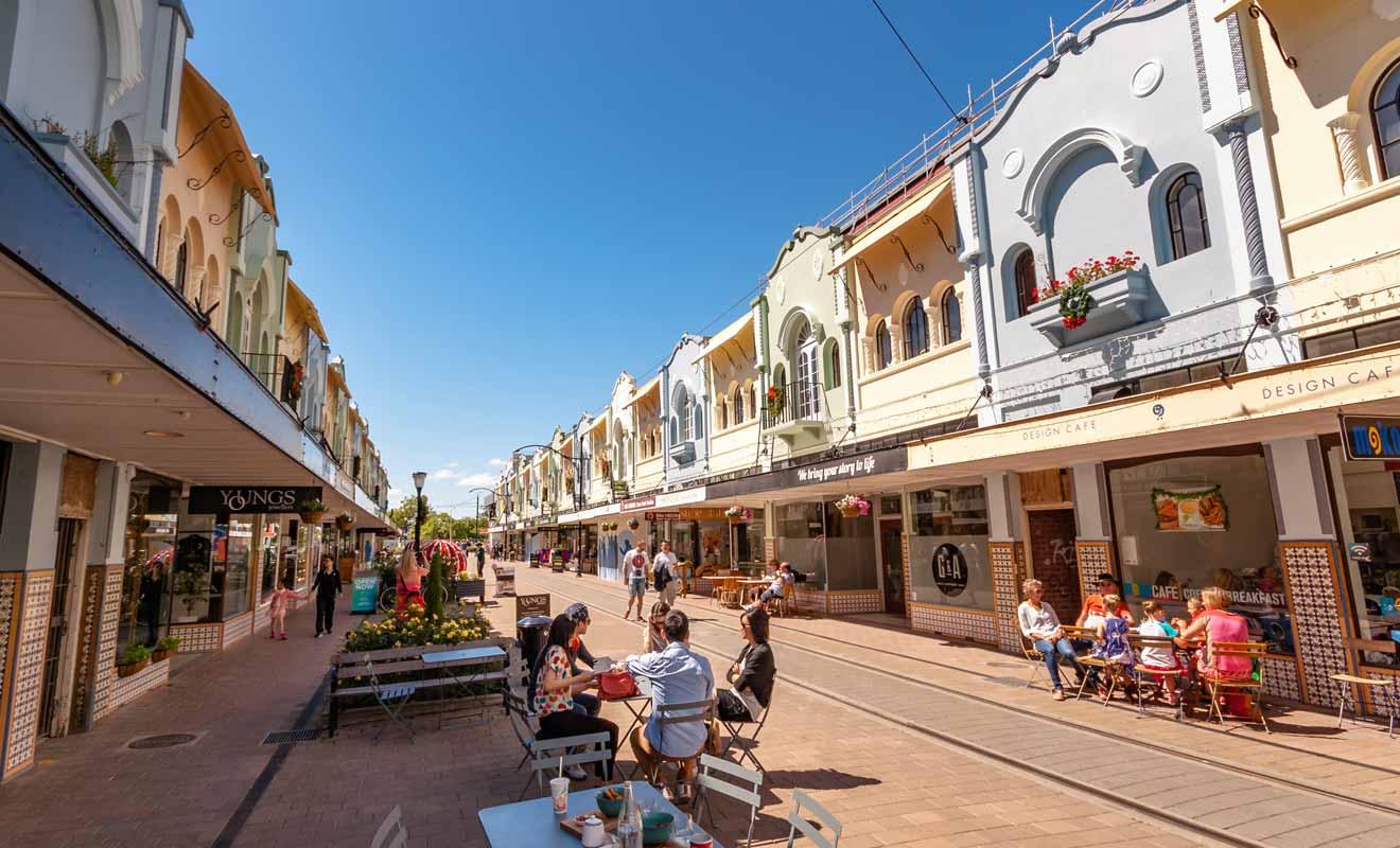 Avec une trentaine de petites boutiques et cafés, New Regent Street voit passer le tramway.
