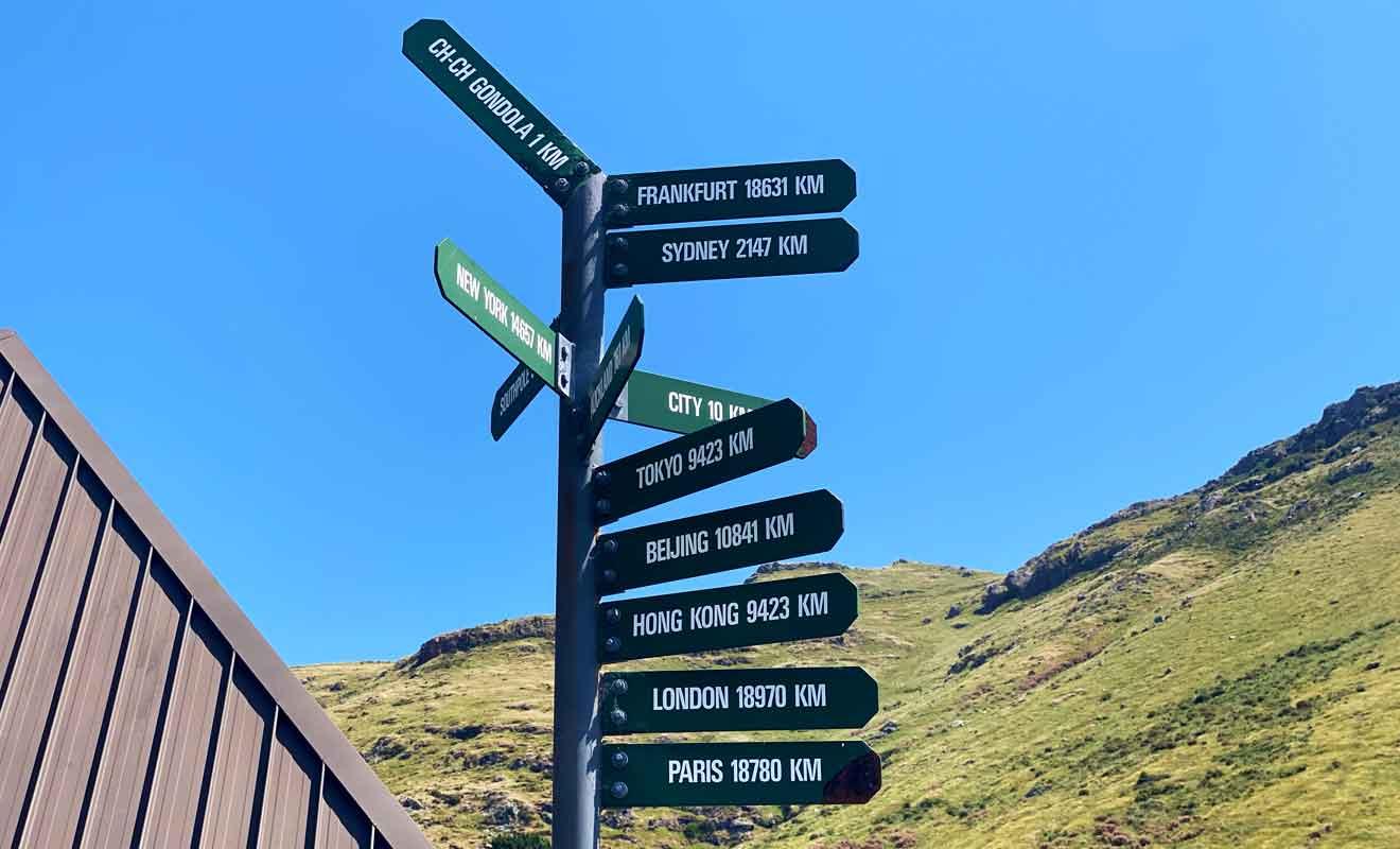 Ce type de panneau indicateur est un grand classique en Nouvelle-Zélande, et vous en trouverez dans la plupart des grandes villes comme Auckland, Wellington ou Dunedin.