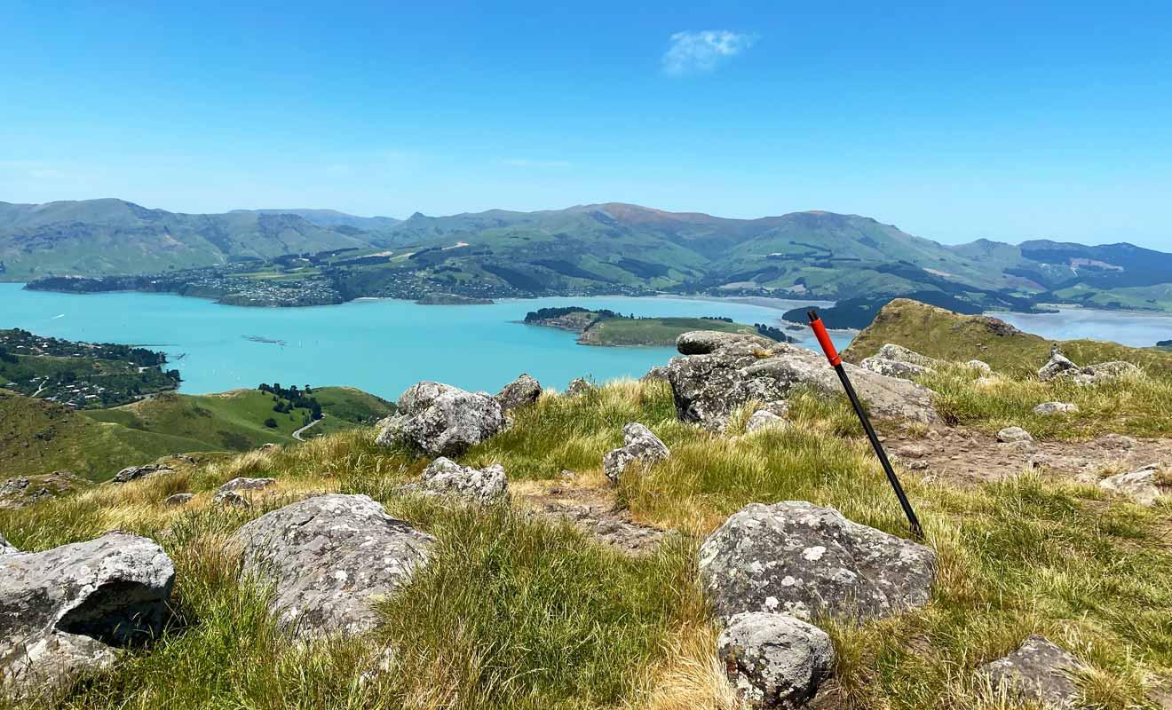 Même si le point de vue se situe à une altitude plus basse qu'aux sommet des gondoles, la proximité avec Christchurch change la perspective.