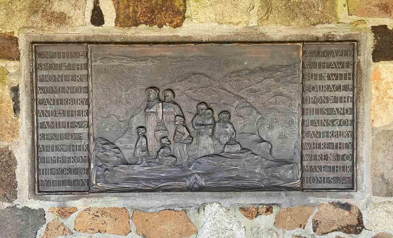 Le petit mémorial possède des bancs en pierre et permet de s'abriter un peu du soleil ou de la pluie.