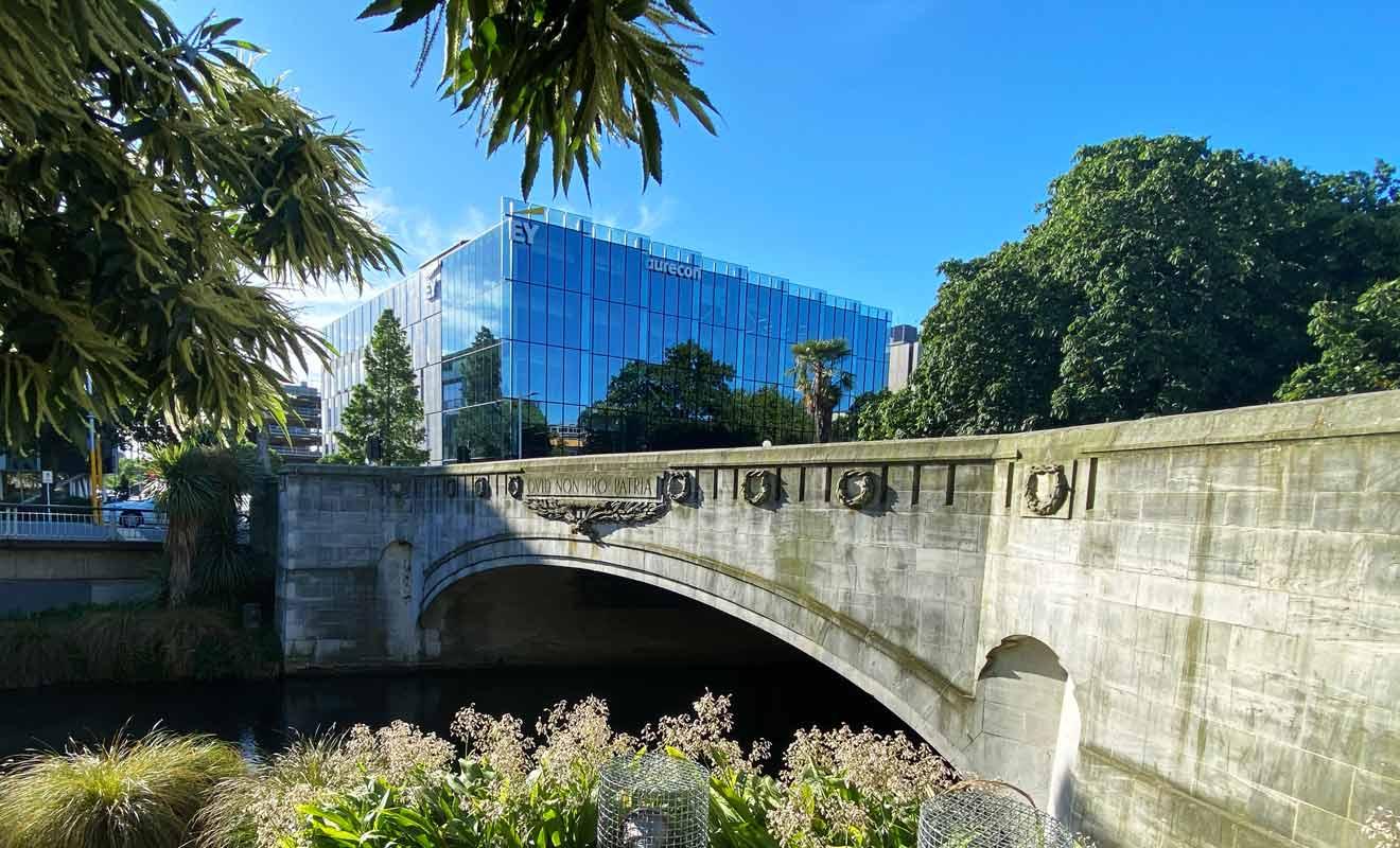 La rivière Avon qui traverse Christchurch est parfaitement mise en valeur avec des pelouses pour pouvoir se reposer au beau de l'eau.