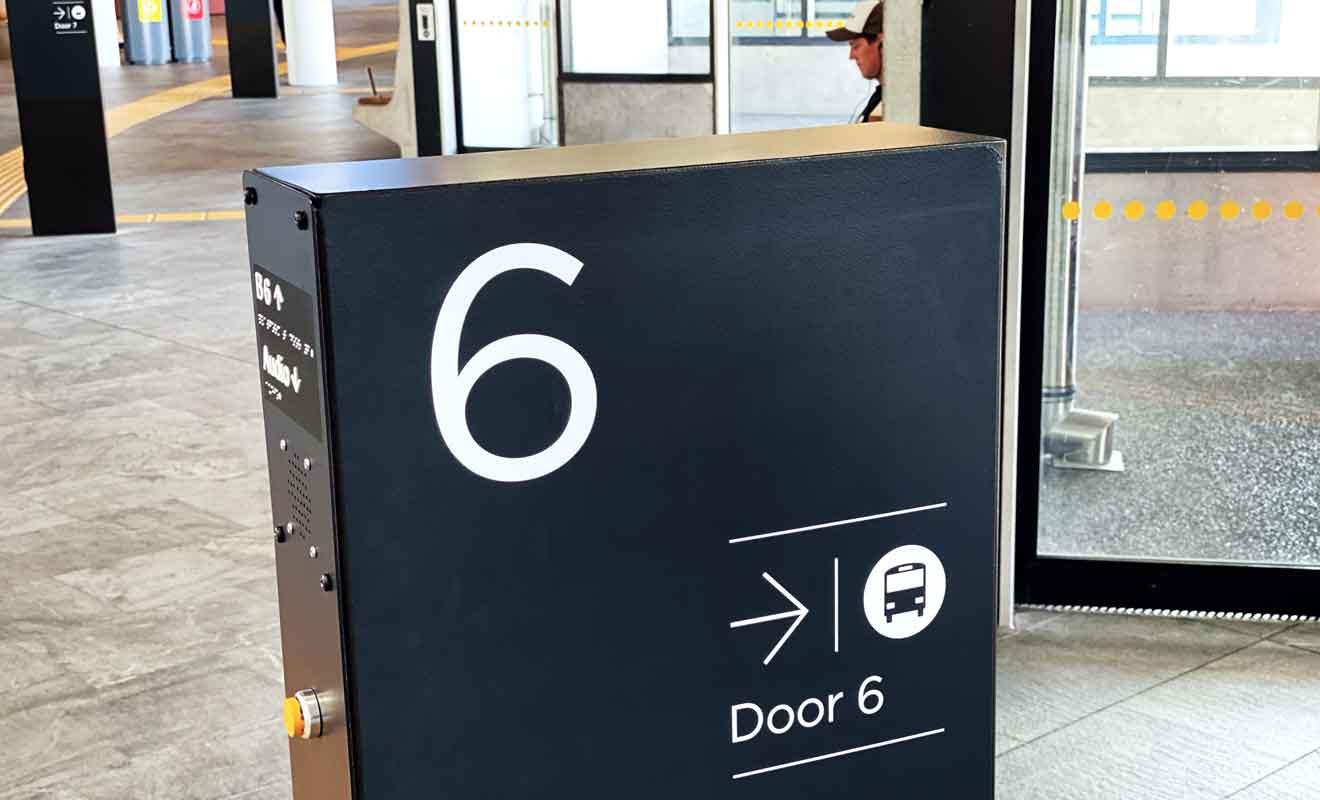 Le centre de bus Plateform B est aussi efficace qu'un aéroport, avec des portes d'embarquement.