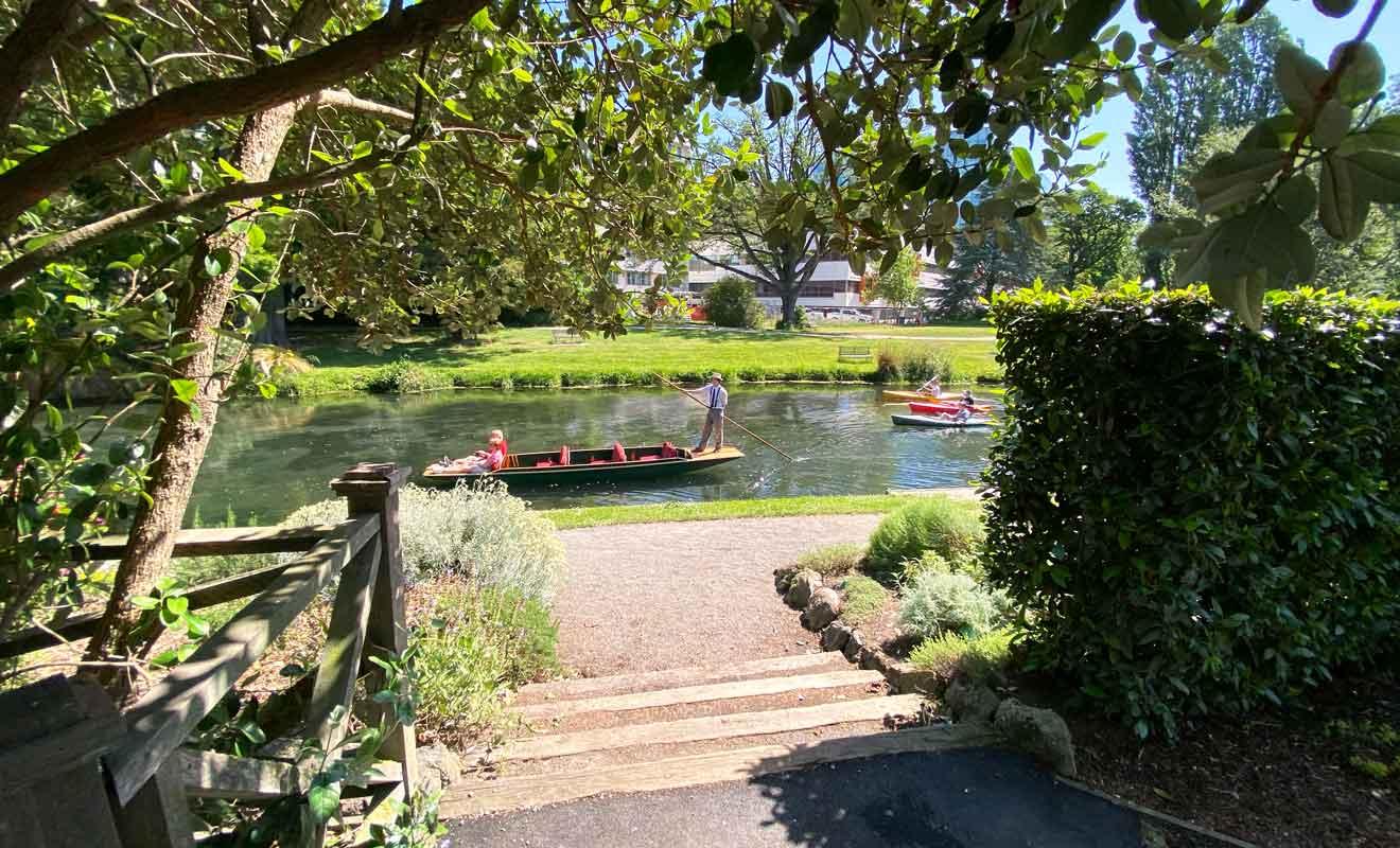 Les gondoles naviguent sur la rivière Avon en passant à l'ombre des saules pleureurs.