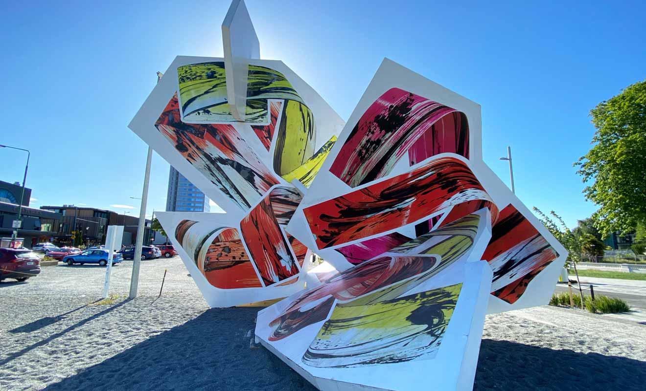 Les sculptures contemporaines, parfois immenses, sont réparties dans tout le centre-ville, y compris dans des zones encore en chantier.