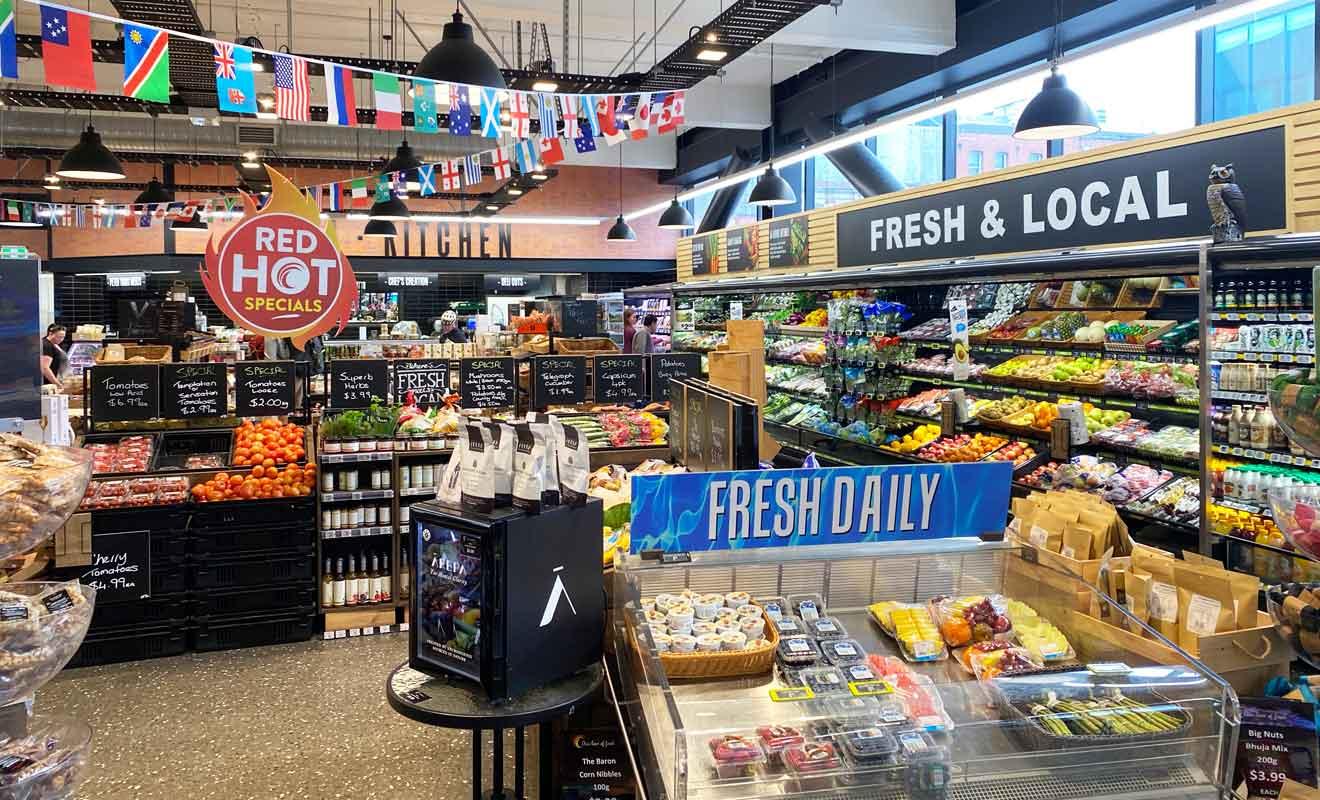 Le supermarché FreshChoice se situe pile en face de la station de bus qui part pour les gondoles.