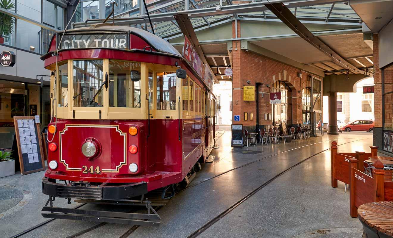 Le terminal du tramway se trouve en face du Canterbury Museum.