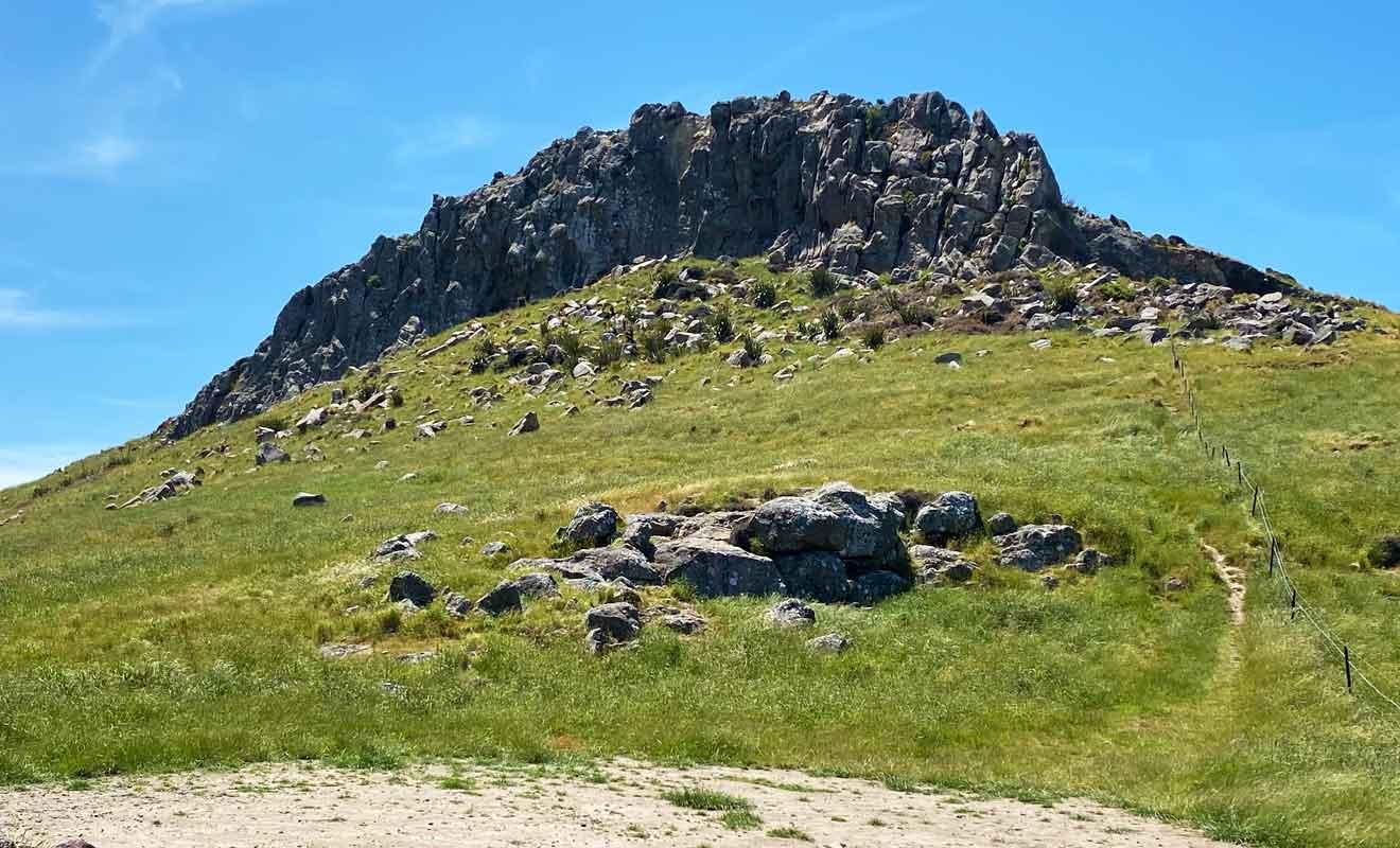 Même si l'envie vous prend, n'allez pas escalader les rochers ! Certaines parties ont été fragilisées par les séismes et pourraient se décrocher.