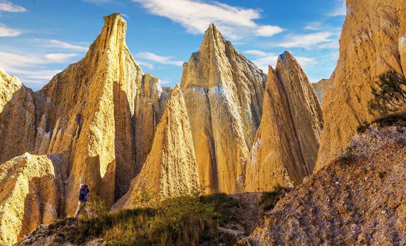 Les pierres peuvent se détacher alors gardez vos distances et n'essayez pas d'escalader les falaises d'argile.