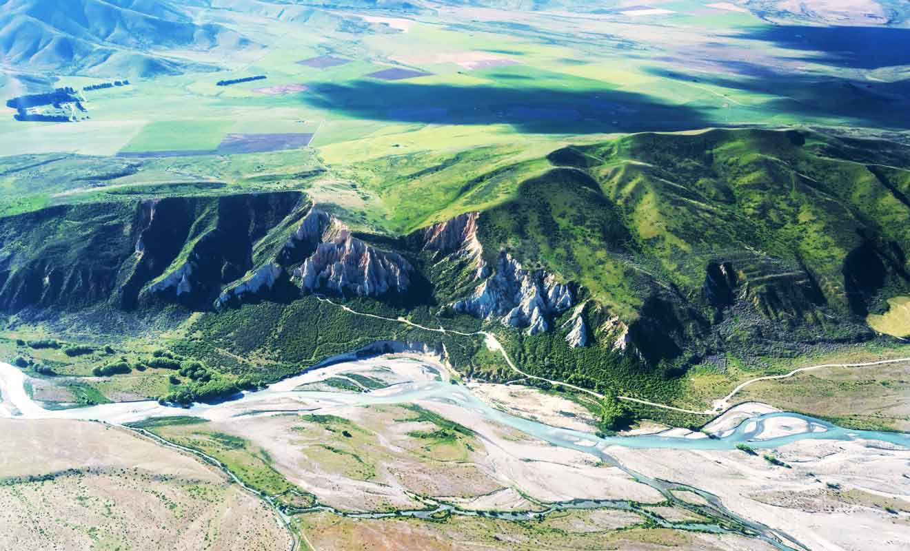 La rivière Ahuriri coule dans la vallée et complique l'accès aux falaises.