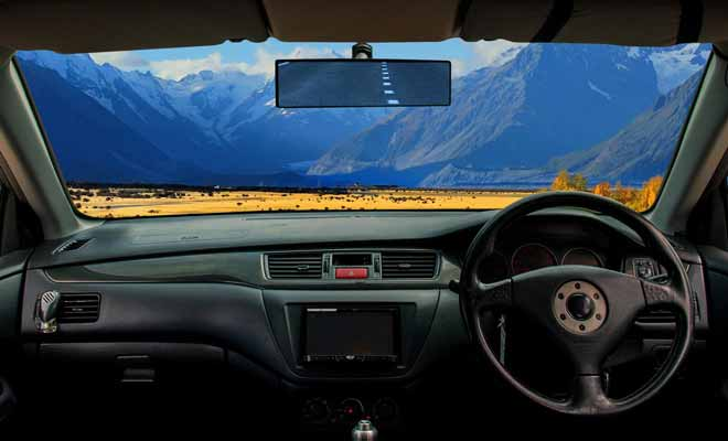 La conduite à gauche implique des voitures avec des volants placés à droite. On s'habitue très vite d'autant que la priorité reste à droite.