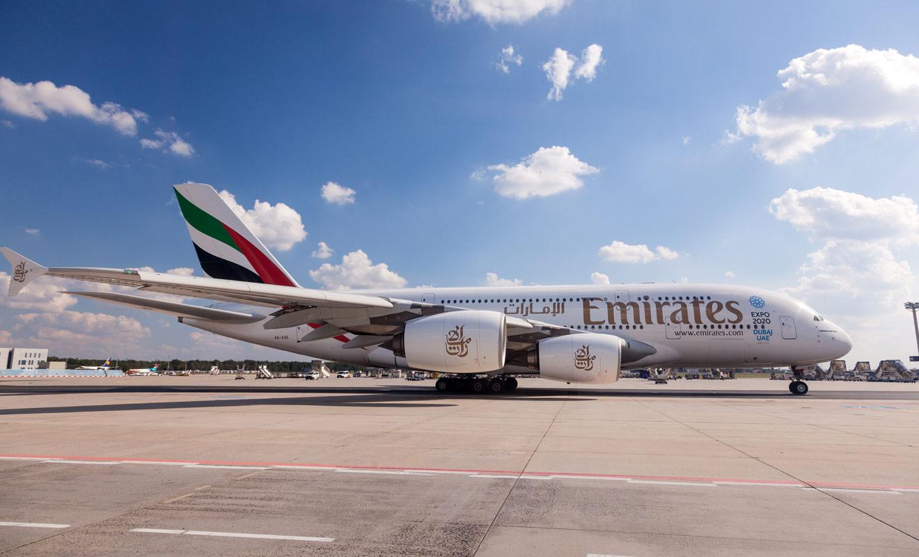 Les vols de la compagnie aérienne Emirates à destination de Nouvelle-Zélande font escale à Dubaï ou à Sidney. Depuis 2016 il est possible de ne réaliser qu'une seule escale à Dubaï.