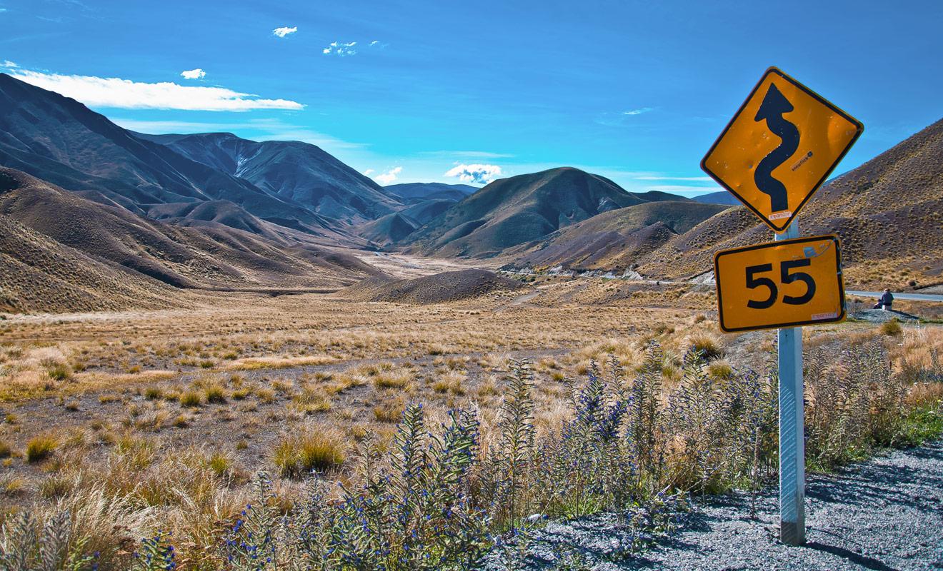 Selon les régions traversées, la route en Nouvelle-Zélande peut se résumer à une longue ligne droite ou au contraire à une succession de virages en épingle. Respectez les limitations de vitesse à la lettre et prenez le temps de vous arrêter pour regarder le paysage.