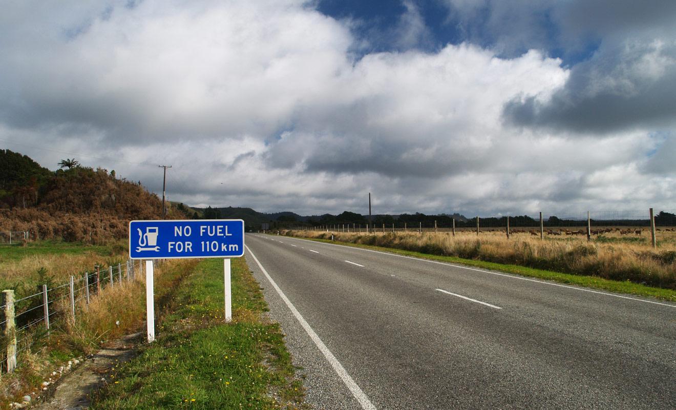 Dans certaines régions de l'île du Sud de la Nouvelle-Zélande, il arrive que l'on soit obligé de rouler plus de 100 km avant de tomber sur une station-service. N'attendez jamais la dernière minute pour faire le plein !