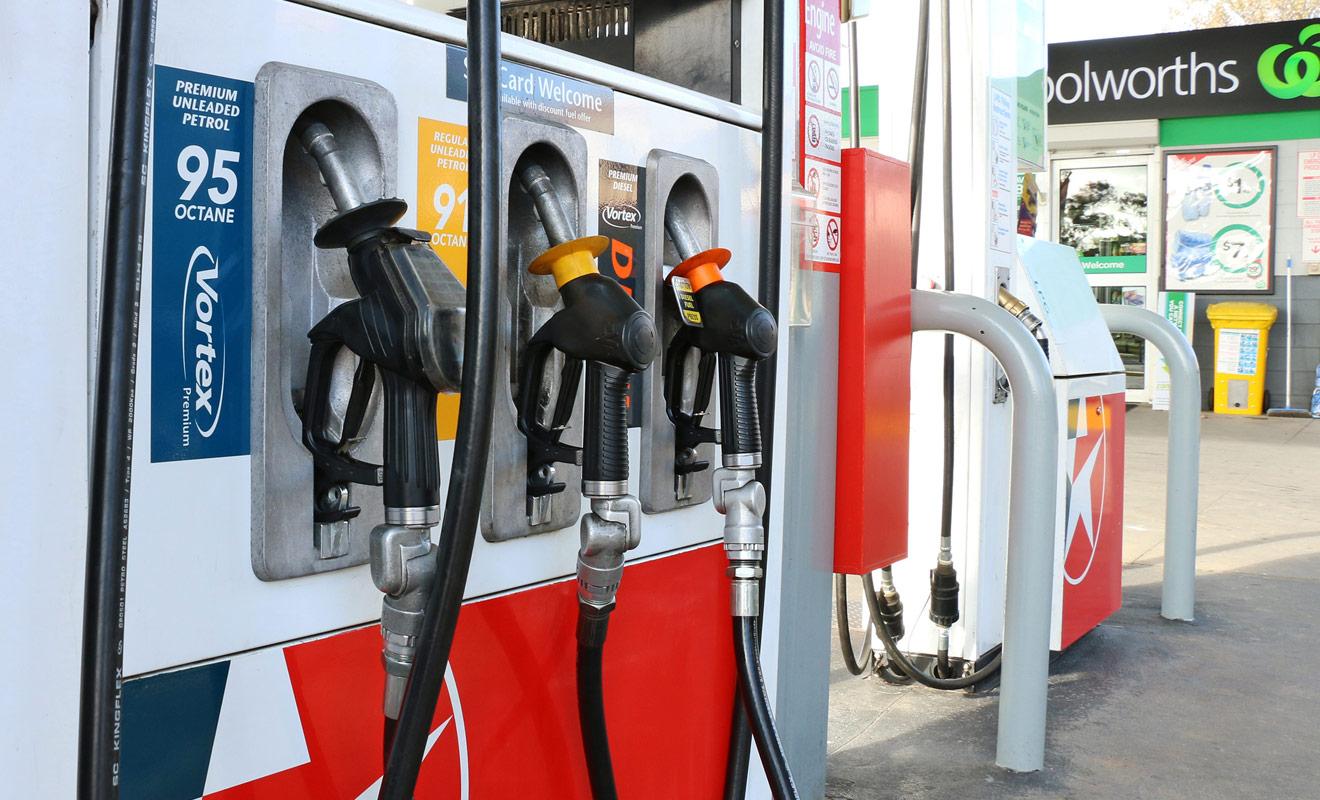 Si le prix des carburants augmente en Nouvelle-Zélande, il demeure tout de même moins cher qu'en Europe, même si le relief très marqué du pays augmente la consommation, ce qui réduit les économies que l'on pouvait espérer.