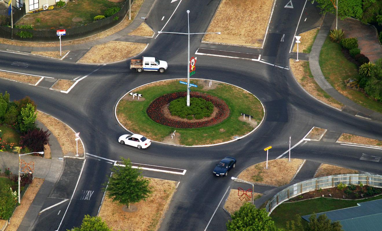 La circulation dans les ronds-points en Nouvelle-Zélande est en réalité simplifiée par la présence d'indications de céder le passage à chaque entrée.