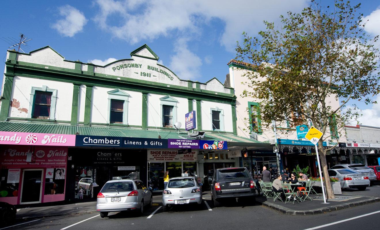 Il est en général aisé de trouver une place ou se garer en Nouvelle-Zélande, sauf dans le cœur des grandes villes ou les parkings payants sont hélas de mise.