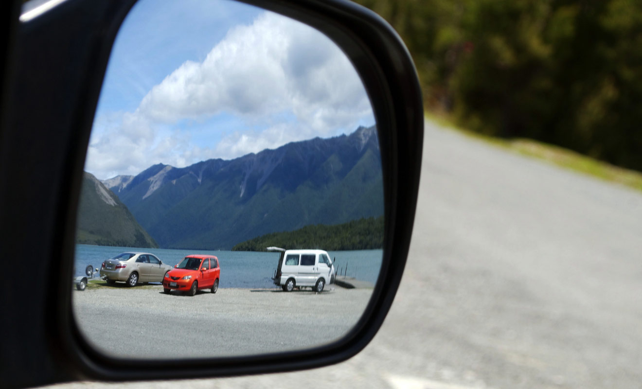 Pour faciliter la conduite en Nouvelle-Zélande, l'idéal est de disposer d'un copilote efficace qui surveille les rétroviseurs et vous guide à la manœuvre quand il s'agit de se garer.