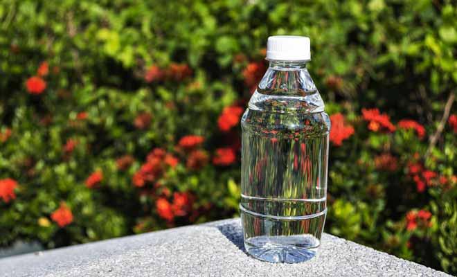 Si vous passez votre journée à travailler en plein air et au soleil, vous devez boire entre deux et trois litres d'eau. Faute de quoi, vous risquez la déshydratation et vous accentuerez les courbatures.