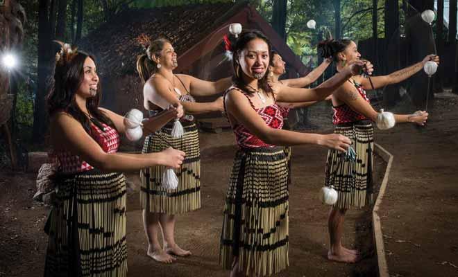Certains spectacles prennent les touristes pour des vaches à lait, mais il existe malgré tout des spectacles folkloriques de qualité qui permettent de découvrir, même sommairement, les traditions maories d'autrefois.