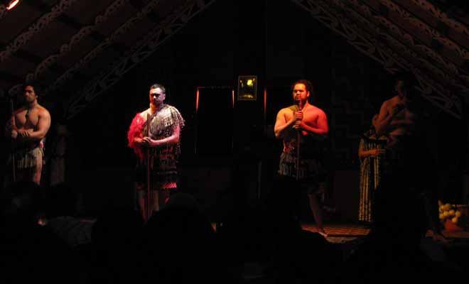 Si l'on garde bien à l'esprit qu'il s'agit avant tout de spectacles folkloriques, on ne sera pas déçu par les performances des danseurs lors des spectacles maoris de Rotorua.