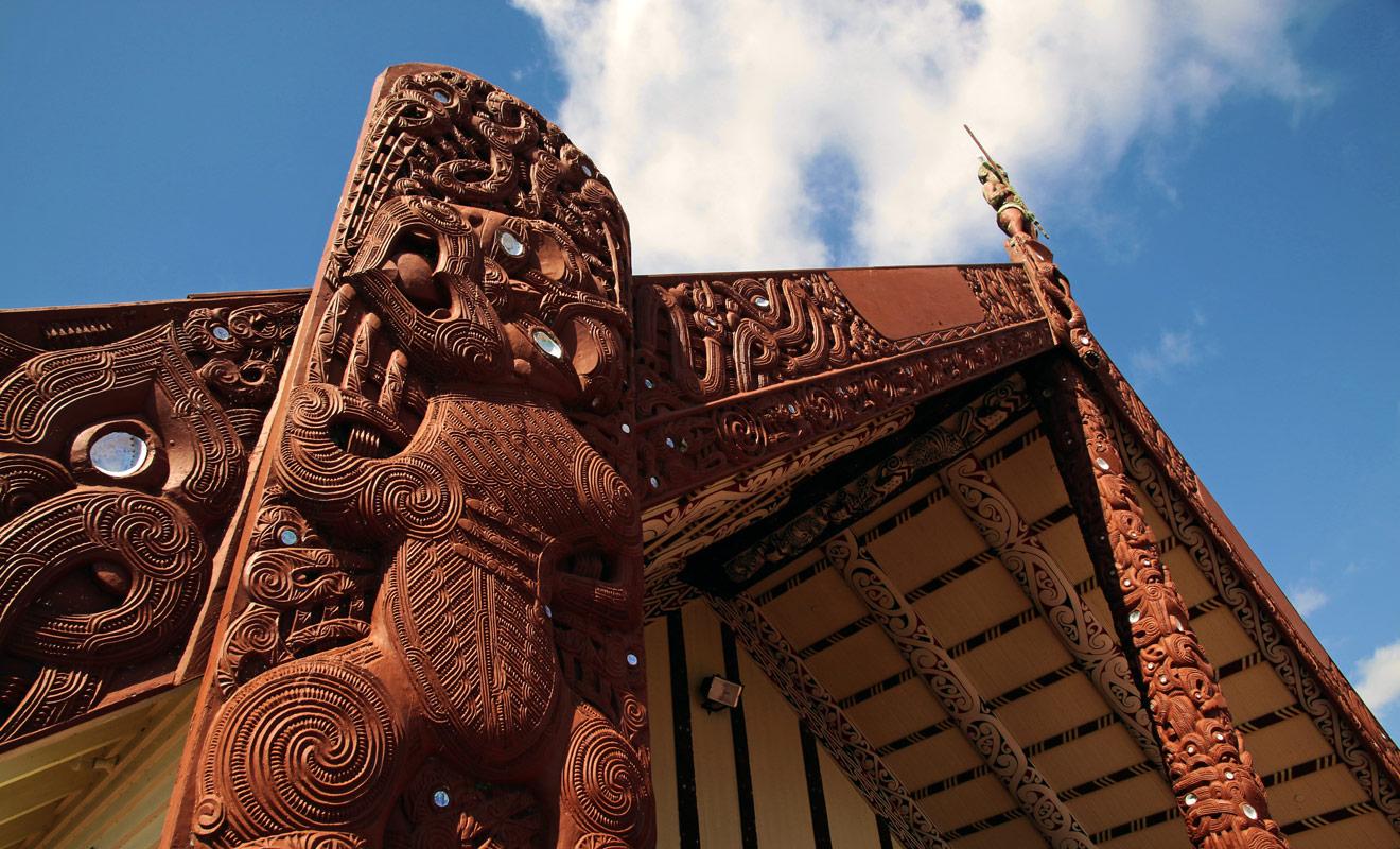 Il suffit de contempler la richesse et la finesse des décorations des maraes (les maisons communes) de Rotorua pour mesurer le degré de perfectionnement artistique atteint par la culture maorie.