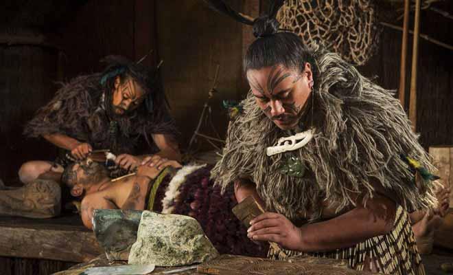 Certains vous parleront de Te Puia, mais Kiwipal conseille plutôt le spectacle du village reconstitué de Tamaki.