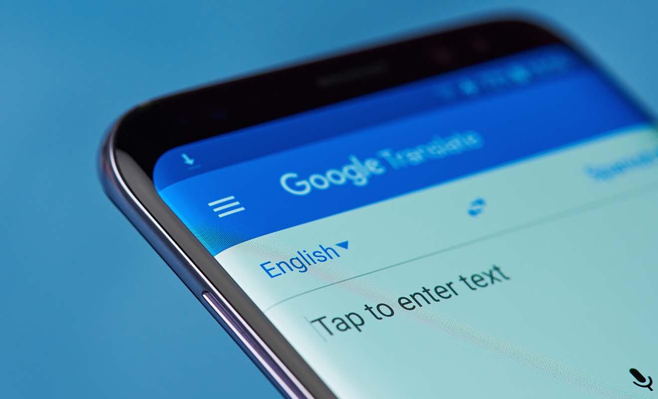 Vous pouvez obtenir une traduction du français à l'anglais (et vice-versa) très facilement, il suffit d'utiliser le site Google Translation. Vous pouvez aussi installer une application de traduction sur votre téléphone portable.