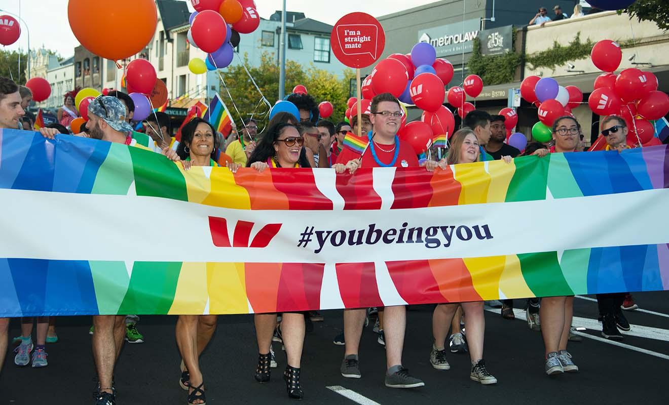 La Nouvelle-Zélande est un pays très peu peuplé, et même si la communauté LGBT est active, elle reste peu nombreuse.