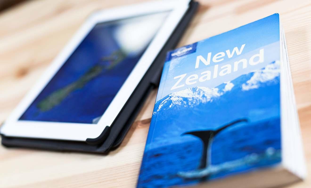 Autrefois indispensables, les guides papiers sur la Nouvelle-Zélande commencent à disparaitre.